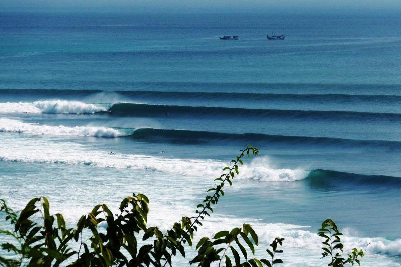 Bali temple surf indonesia surf uluwatu padang viaje trip guia waves big swell core surfing shop